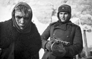 Un soldat soviétique capture un allemand pendant la bataille de Stalingrad.
