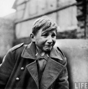 Hans-Georg Henke, soldat allemand âgé de seulement 15 ans pleure après s'etre fait capturer par la 9ème américaine à Rechtenbach, Allemagne. Son père est mort en 1938, sa mère en 1944, il s'est engagé dans la Luftwaffe pour subvenir à ses besoins.