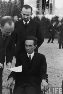 Joseph Goebbels, Ministre du Reich à l'Éducation du peuple et à la Propagande sous le Troisième Reich de 1933 à 1945. L'allemand est souriant, jusqu'au moment où il apprend que le photographe Eisenstaedt est juif.