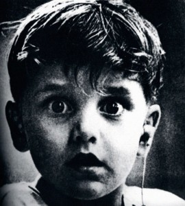 Harold Whittles est né sourd, grâce à un appareil auditif, il entend pour le première fois.