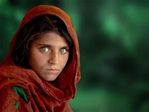 Cette photo de Steve McCurry a fait le tour du monde, le regard saisissant de Sharbat Gula, réfugiée afghane dans le camp de Nasir Bagh au Pakistan (1984).