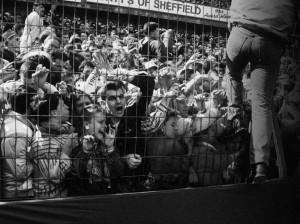 96 personnes meurent pendant la demi-finale de FA Cup opposant Liverpool à Nottingham Forest. La police est pointée du doigt, c'est le plus grand drame de l'histoire du Royaume-Uni dans un stade.