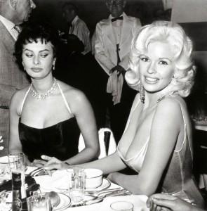 12 avril 1957, pendant une fête de la 20th Century Fox, Sophia Loren plonge avec envie dans le décolleté de Jayne Mansfield.