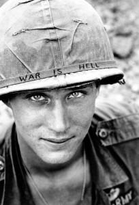 Soldat américain au nom inconnu, il appartenait à la 173ème brigade aéroportée, photo prise dans la ville de Phuc Vinh au Viêt Nam.