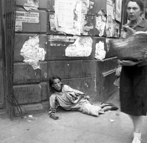 Une femme est en train de mourir de faim dans le Guetto de Varsovie (Pologne, 1941). Le photographe est un soldat allemand, Heinz Joest.
