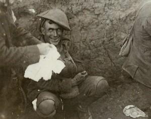 Offensive de la Somme, bataille Flers-Courcelette le 16 septembre 1916. Un soldat est en état de choc, état courant à cause de la violence des combats pendant la première guerre mondiale.