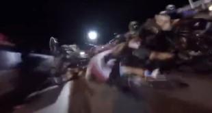 des vélos percute une moto a l'arret