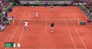 Yannick Noah amuse le public au Trophée des légendes de Rolland Garros.